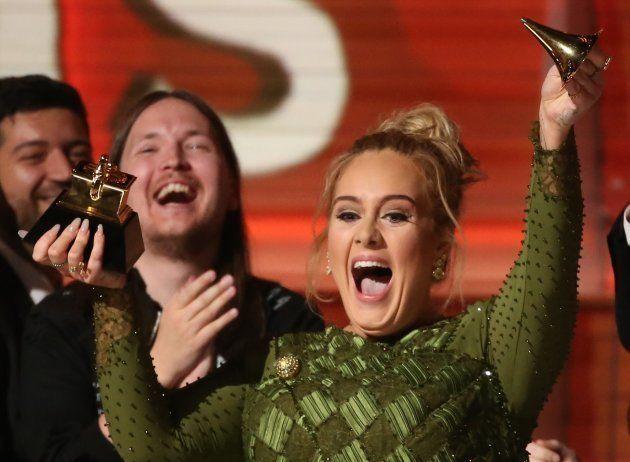 Adele parte prêmio ao meio em homenagem à