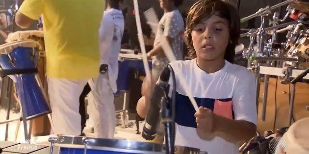 Filho de Ivete Sangalo toca percussão e rouba a cena em