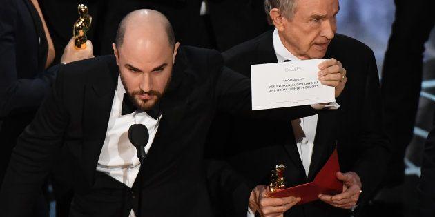 O produtor de 'La La Land', Jordan Horowitz, mostra o cartão com o nome do vencedor de 'Melhor Filme'...