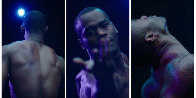Os três bailarinos estão sob uma luminosidade azul, que lembra o brilho da