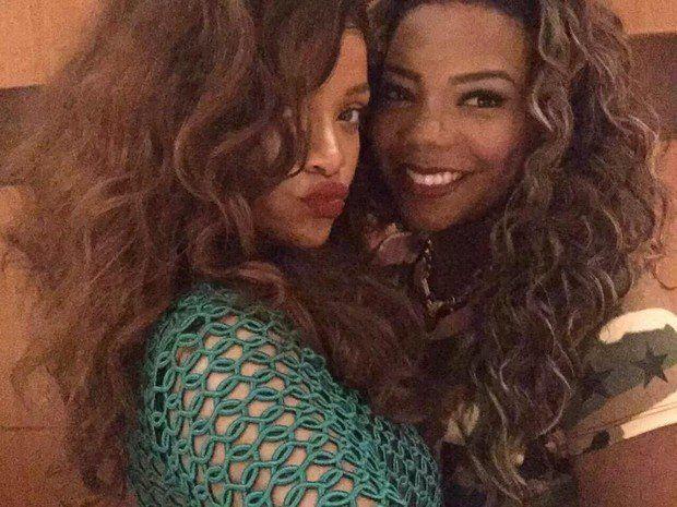 Rihanna e Ludmilla posam para foto juntas no Rio, em