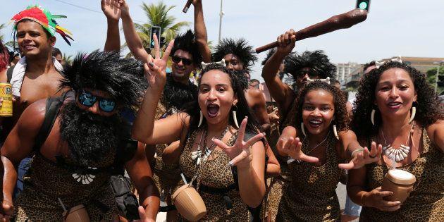 Fantasiados, foliões celebram Carnaval na Barra da Tijuca, no Rio de