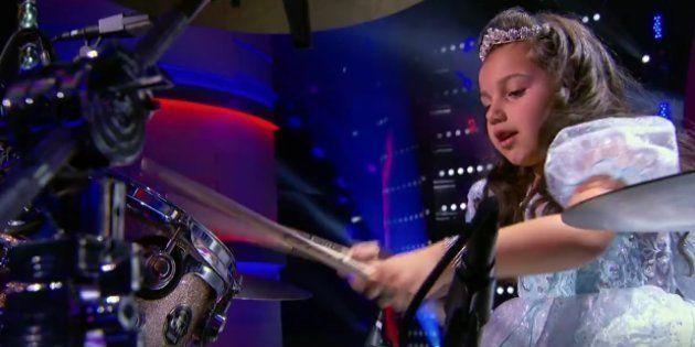 De vestido de princesa e botas de couro, esta garotinha de 7 anos elegeu a bateria como seu brinquedo