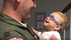 O pai deste bebê estava viajando. E o reencontro deles é de derreter o