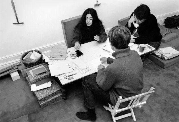 Yoko Ono e equipe em foto de