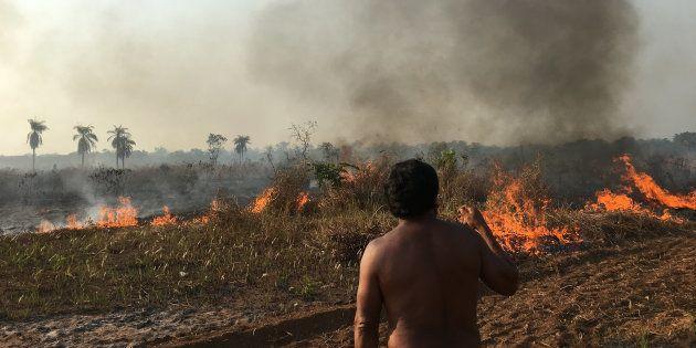 Queimada no entorno da aldeia Piyulaga surpreendeu filmagens de 'Fogo na