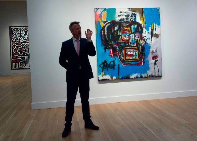 Um funcionário da Sotheby's fala de uma tela sem título de Jean-Michel Basquiat durante exibição prévia...