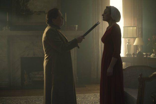 Ann Dowd (à esq.) como tia Lydia na série do Hulu, com Elisabeth