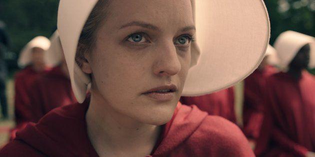 A atriz Elizabeth Moss como Offred, em 'O Conto da