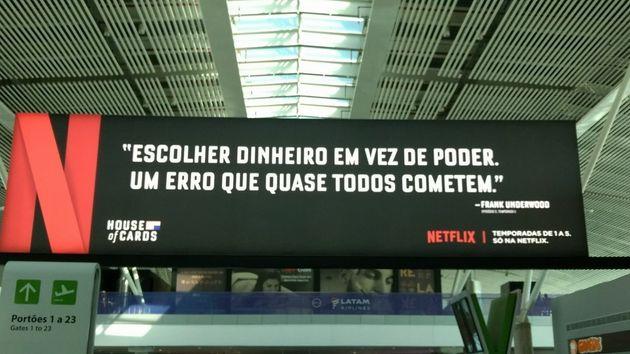 O recado genial da Netflix para os políticos que passam pelo Aeroporto de