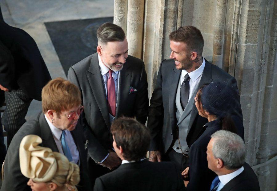 O ex-jogador David Beckham e sua esposa Victoria Beckham conversam com Elton John e companheiro David