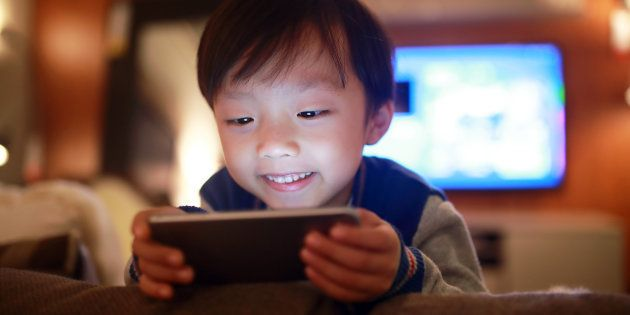 Crianças ficam viciadas em smartphones.