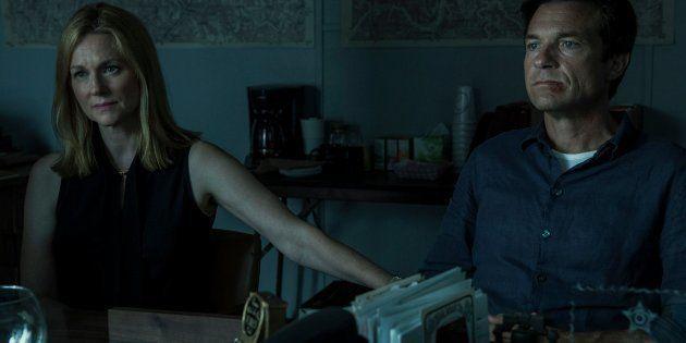 Laura Linney (à esq.) e Jason Bateman são Wendy e Marty, protagonistas de