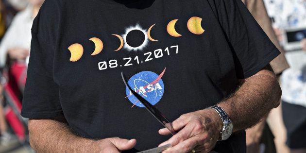 Observadores estão reunidos nesta segunda (21) em um evento de visualização do eclipse no campus da Universidade...