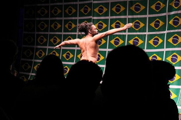 Frame do vídeo 'O Samba do Crioulo Doido', de Luiz de