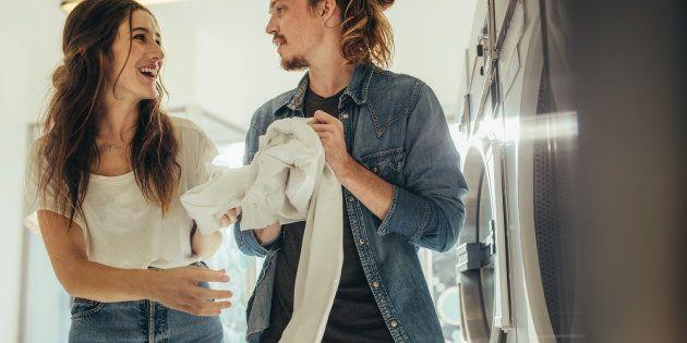 Casal se diverte lavando as roupas