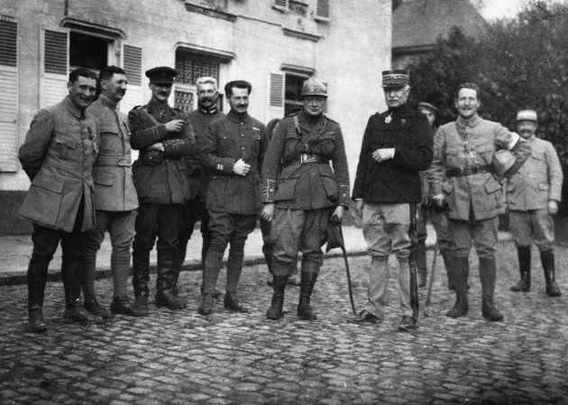 Winston Churchill com oficiais do exército francês: bigode em