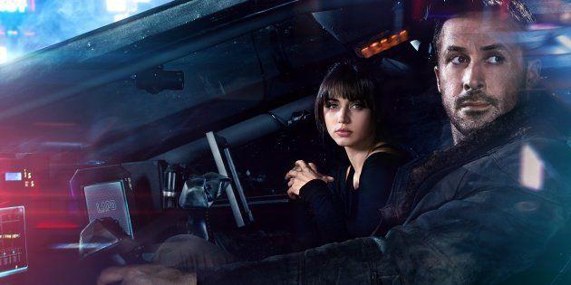 Ryan Gosling (à direita) e Ana de Armas protagonizam Blade Runner 2049, o novo filme da