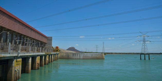 Sobradinho - A Usina Hidrelétrica de Sobradinho tem capacidade total de 1050 megawatts, mas com a falta...