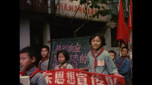 Crianças chinesas em momento da revolução cultural