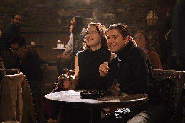 Michael Zegen, à direita, vive Joel Maisel — o personagem não sabe disso, mas sua esposa é a verdadeira...