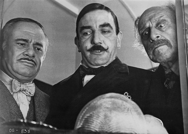 Na adaptação de 1974, o detetive Hercule Poirot é vivido por Albert