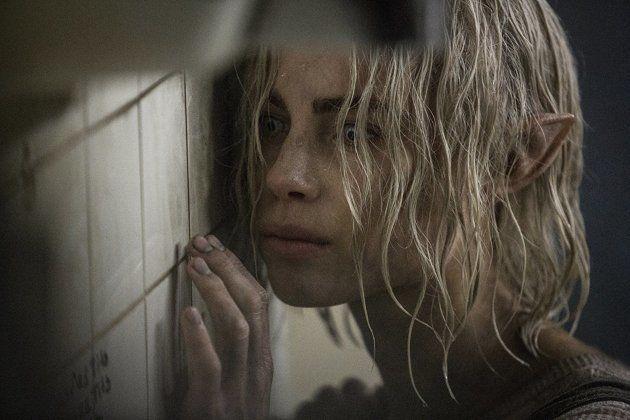 A elfa Tikka (Lucy Fry) está em fuga de um clã de elfos. Ela está em posse da varinha — e também de um