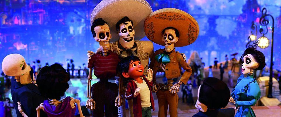 Miguel e Ernesto de la Cruz (ao centro) no mundo dos