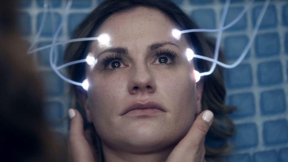 Anna Paquin em cena de 'Real Life', um dos episódios de 'Electric