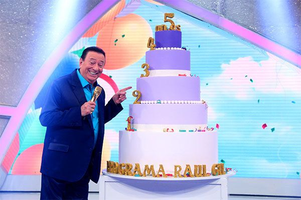 Um dos maiores comunicadores da TV brasileira completa 80 anos neste sábado
