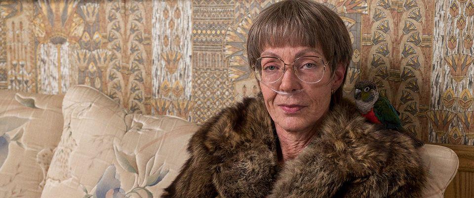 Allison Janney em cena de 'Eu, Tonya' como LaVona; a mãe da ex-atleta realmente deu entrevistas com um...