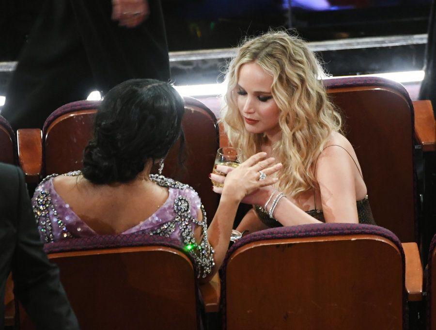 Jennifer Lawrence troca uma ideia com Salma