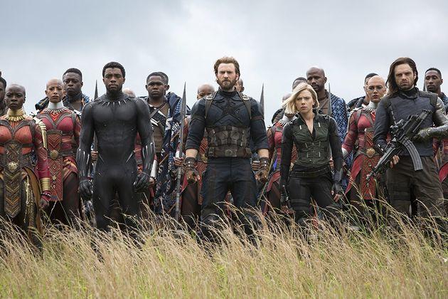 Na linha de frente, da esq. para a dir.: Okoye (Danai Gurira), Pantera Negra (Chadwick Boseman), Steve...