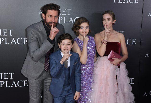 Da esquerda para a direita: John Krasinski, Noah Jupe, Millicent Simmonds e Emily Blunt, elenco de 'Um...