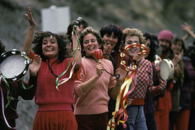 Seguidores de Rajneesh comemorar a chegada do guru ao Oregon, em