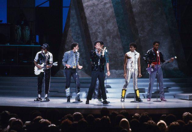 Antes da perfomance de 'Billie Jean', MJ participou de um reencontro no palco ao lado dos irmãos