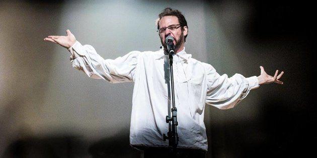 O ator Bruce Gomlevsky é o protagonista de 'Renato Russo, O Musical', em cartaz no Theatro NET, no