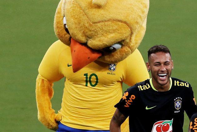 Neymar e Canarinho Pistola brincam em treinamento da Seleção em Manaus, em setembro de