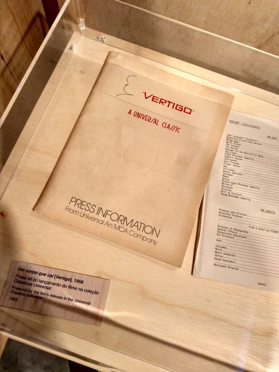 Material gráfico e documentos relacionados à filmografia de Hitchcock estão entre os itens da