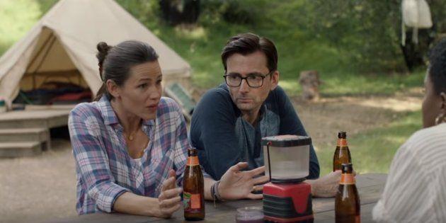 Jennifer Garner e David Tennant são os protagonistas da série que estreia em outubro na