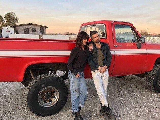 Atriz posa ao lado do colega de elenco Sebastian Stan em foto publicada no