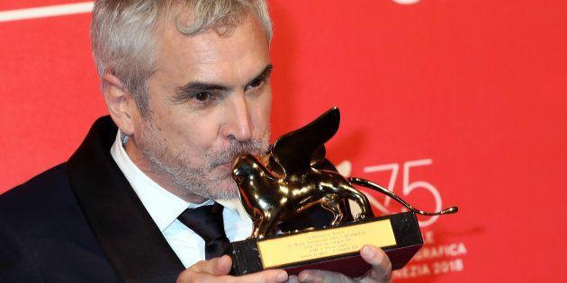 Alfonso Cuaron levanta e seu Leão de Ouro, principal prêmio do Festival de