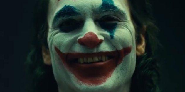 Joaquin Phoenix aparece com a maquiagem do palhaço ao som de 'Laughing', do The Guess