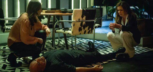 Laureta (Adriana Esteves) mata Galdino (Narcival Rubens) na frente de Rosa (Letícia