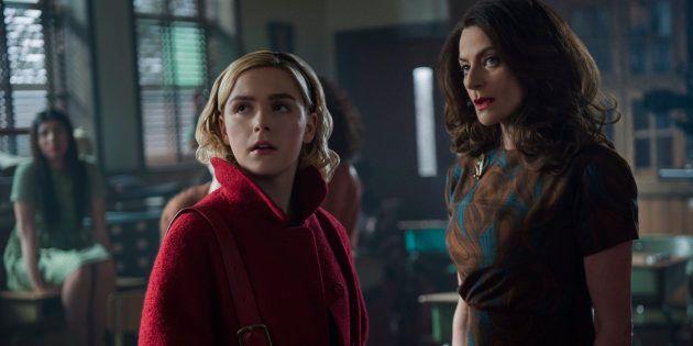 """Kiernan Shipka e Michelle Gomez em cena de """"O Mundo Sombrio de Sabrina"""", da"""