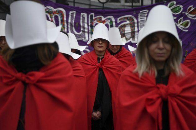 Ativistas a favor da legalização do aborto usam vestimenta inspirada no livro de Margaret Atwood