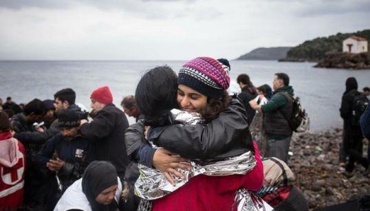 O projeto de mãe e filha que troca flores por ajuda para refugiados ao redor do