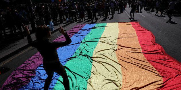 """""""Bissexual é invisibilizado porque é visto como pessoa em cima do muro, entre hétero e gay, hétero e"""