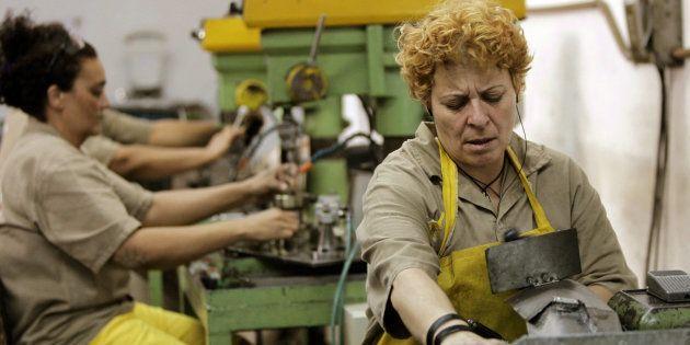 Prisioneiros brasileiros trabalham em fábrica instalada dentro da prisão de Tatuapé de São
