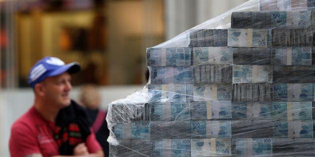Dinheiro falso, usado como decoração no lançamento do